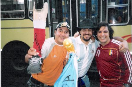 Torcedores argentinos e venezuelanos chegaram ao estádio no mesmo ônibus