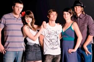 O Copacabana Club: Tile, a vocalista Cacá, Alec, Claudinha e Luli. FOTO: Ito Cornelsen