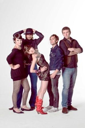 """O """"Copa"""": a batera Claudinha, o guitarrista Luli (mãos no chapéu), a vocalista Cacá, o guitarrista Alec e o baixista Tile. FOTO: Ito Cornelsen"""