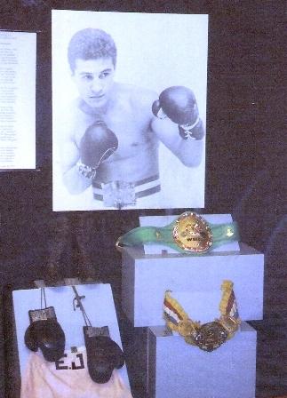 À esquerda, luvas e calção usados na luta que deu Mundial peso pena a Éder Jofre em 73. O cinturão do canto direito é do Mundial peso Galo, 1961