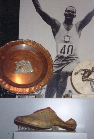 En 1º plano, o sapato de pregos usado por Adhemar, na Olimpíada de Helsinque. É ouro, Brasil!