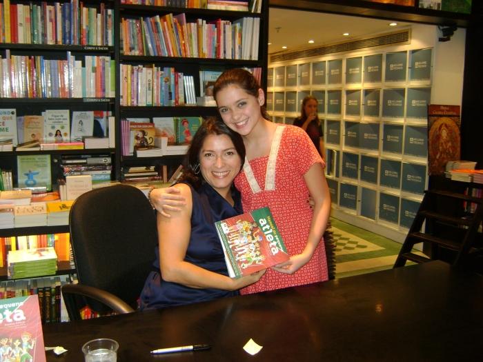 Noite de autógrafos: Rosane Araújo com a atriz Polliana Aleixo FOTO Marcia Aleixo