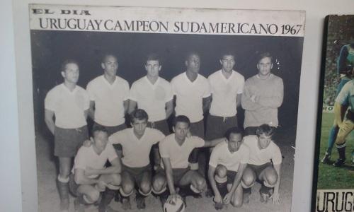 Pedro Rocha (então do Peñarol), entre os campeões sul-americanos
