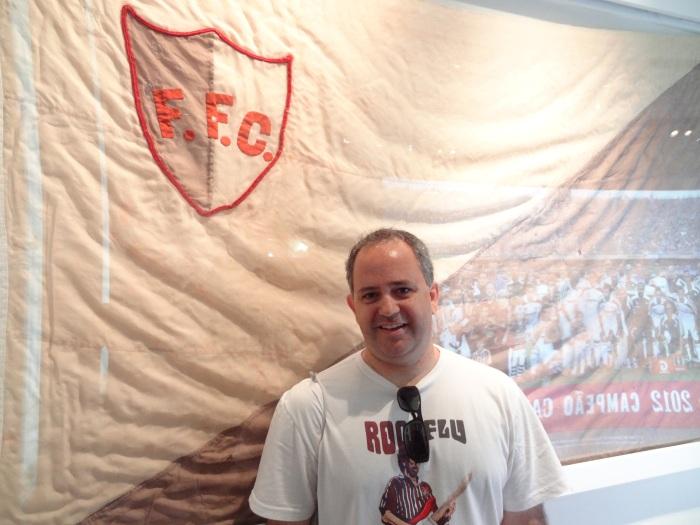 Serginho, do programa www.RockFlu.com.br, e a primeira bandeira do Fluminense, bolada em 1902, ainda em cinza e branco.