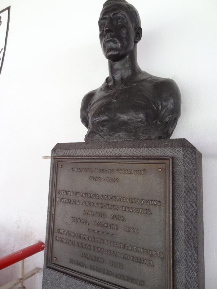 Estátua do goleador Pichichi. Todo time que visita San Mamés pela primeira vez faz uma homenagem ao primeiro artilheiro do estádio.