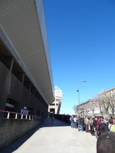 Fila para comprar ingresso, no sábado. Dando volta no quarteirão. Ao fundo, o novo estádio.