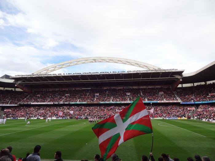 Bandeira basca e, ao fundo, o grande arco que caracteriza San Mamés.