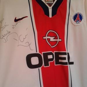 Réplica de uniforme do PSG de 1998, autografada por Raí.