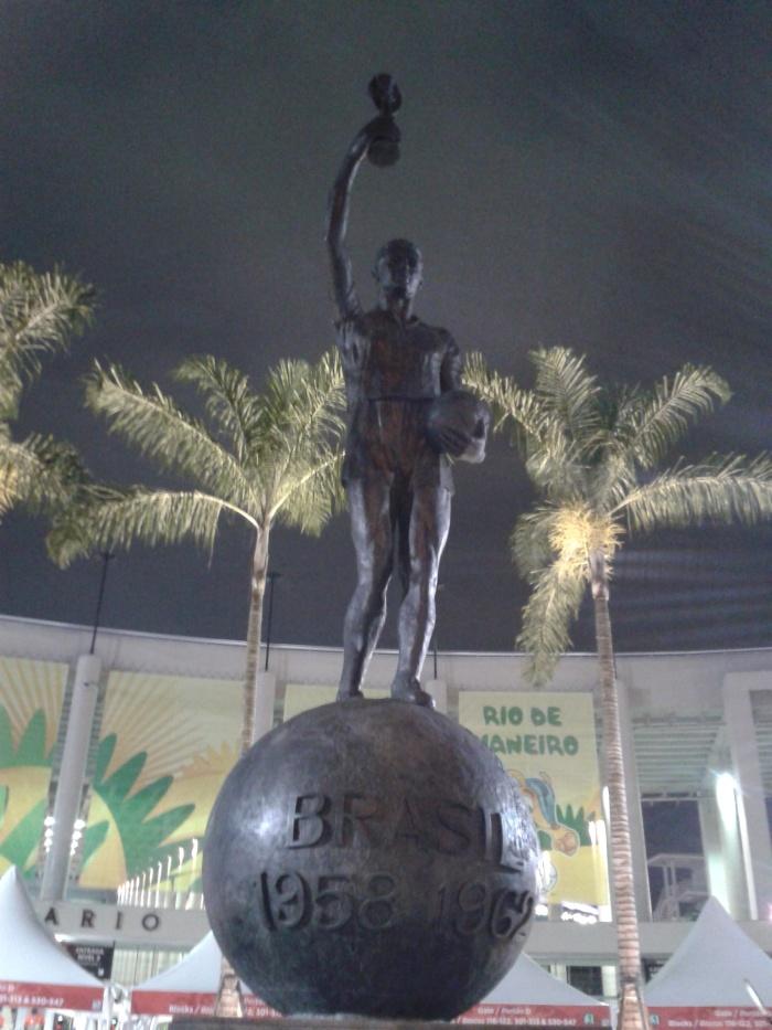"""A """"estátua do Bellini"""", ponto de encontro na frente do Maracanã. Na vida real, o capitão de 1958 defendeu Vasco, Fluminense e São Paulo."""