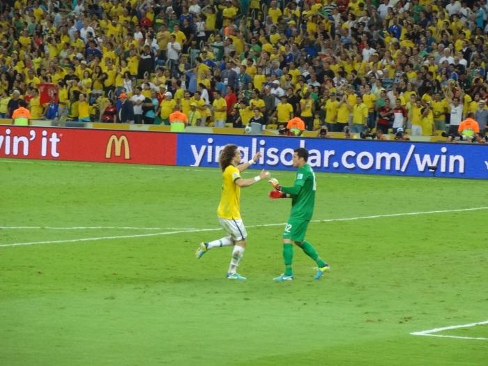 O herói David Luiz e o goleiro Julio Cesar comemoram o golaço de Neymar. Brasil 2x0.