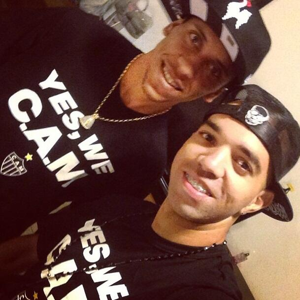 """Marcos Rocha, Diego Tardelli e outros jogadores do Galo chegaram ao Independência com a camiseta """"Yes, We C.AM."""" - foto posta por Tardelli no Instagram."""