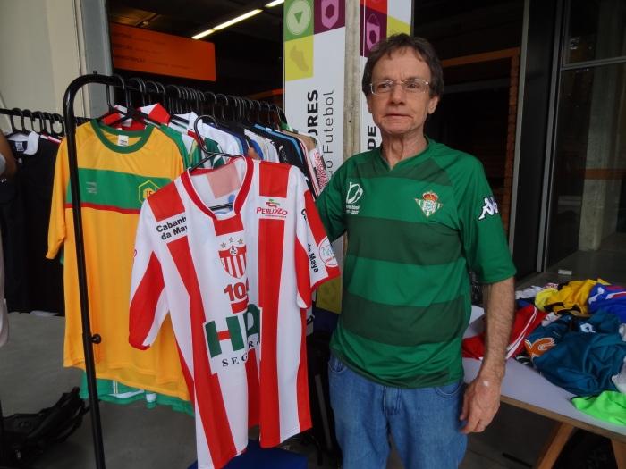Luiz Domingos Romano e a camisa do Guarany de Bagé. A primeira do vara, à esquerda, é a do XV de Campo Bom.