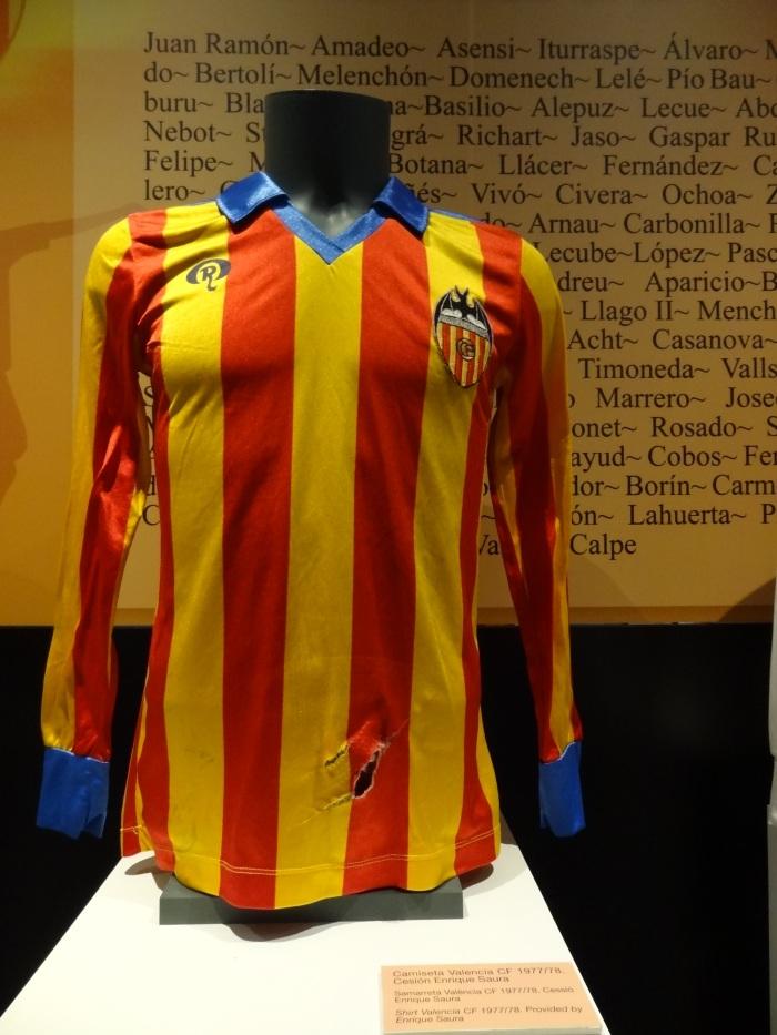 Uma camisa dos tempos de Kempres com as cores da senyera, a bandeira da Comunidade Valenciana, semelhante à da Catalunha. Muito antes da do Barça...