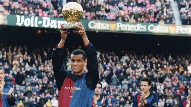 PILOTA D´OR: Bola de Ouro em catalão. 1999. com a camisa do centenário do Barça, Rivaldo ergue a Bola de Ouro. Em 5 anos de Camp Nou, 136 gols, 2 títulos de La Liga, 1  Copa do Rei e uma Supercopa da Uefa. FOTO : FCB