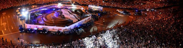 A chegada do busão Real à praça Cibeles.  http://www.realmadrid.com/pt