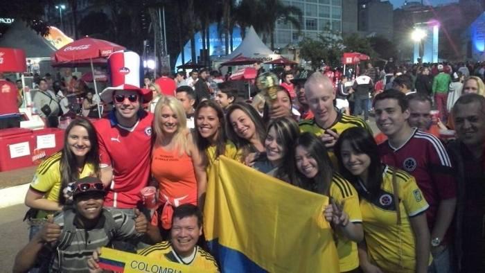 Colombianos, chilenos, holandeses, brasileiros... torcedores confraternizam em São Paulo antes da segunda decisiva.