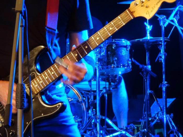Armando de Castro, um dos guitarristas do Barón Rojo, mandando ver na slide guitar.