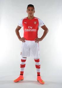 O chileno Alexis Sánchez com a nova camisa dos #gunners | https://www.facebook.com/Arsenal?fref=ts
