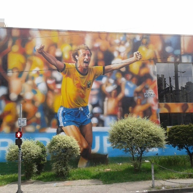 Mural do Studio Kobra com o gol de Falcão contra a Itália.