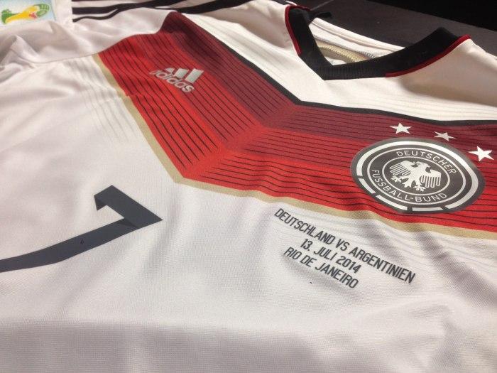 A camisa da final, ainda sem a quarta estrela e o scudetto.