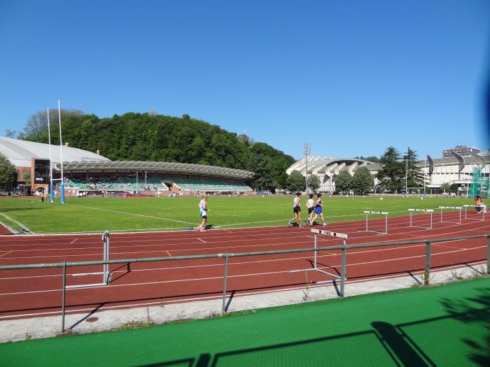 O mini estádio de atletismo. Ao fundo, o estádio de futebol de Anoeta.