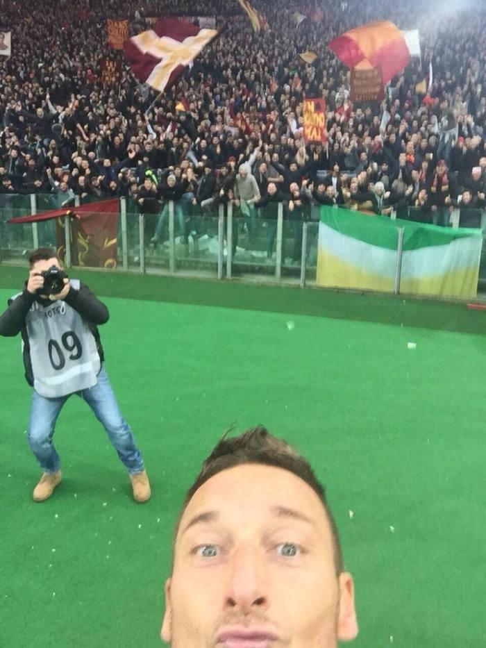 O selfie de Totti, logo depois do gol de empate no Derby Della Capitale deste domingo