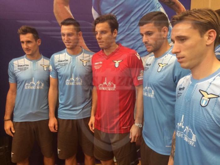 Traje especial para a Supercoppa: na foto, Miroslav Klose, Stefan de Vrij, Federico Marchetti, Filip Djordjevic e Lucas Biglia.