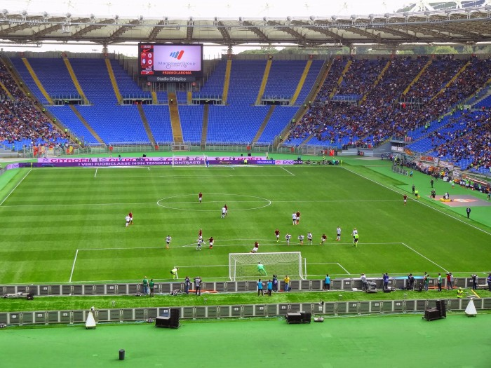 Totti abriu o placar cobrando pênalti (duvidoso).