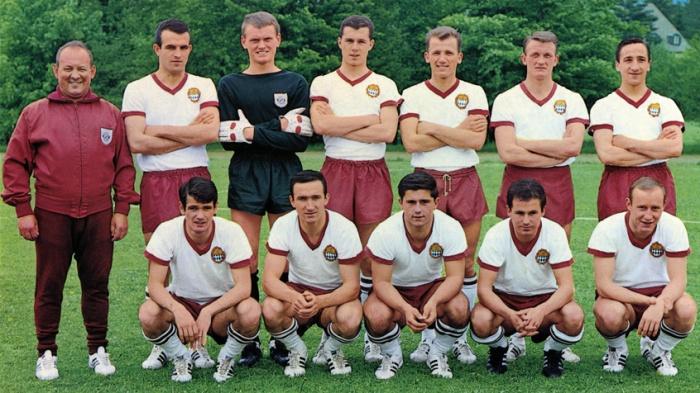 www.fcbayern.de/  Franz Beckenbauer aparece ao lado do goleiro Sepp Maier.