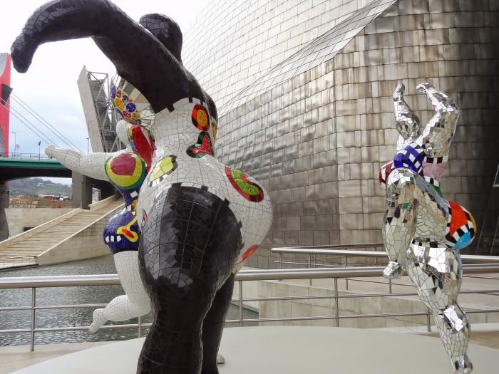 As gigantescas Nenas da artista Niki de Saint Phalle me tiraram pra dançar ...