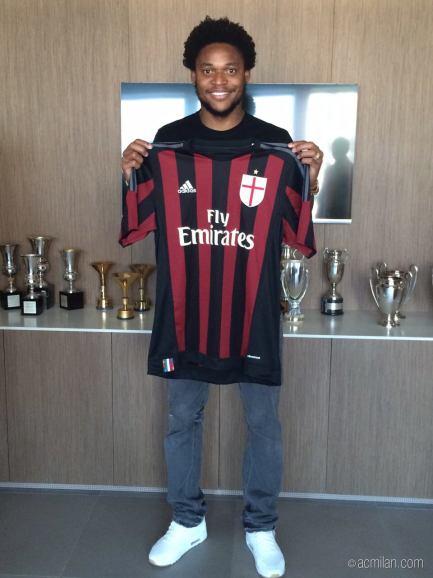 Luiz Adriano é do Milan : facebook.com/ACMilan