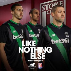Away kit: segunda camisa do Stoke City 2015-16. NB.