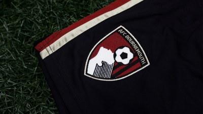 Detalhe do escudo dos cherries, caçulinhas da rica Premier League