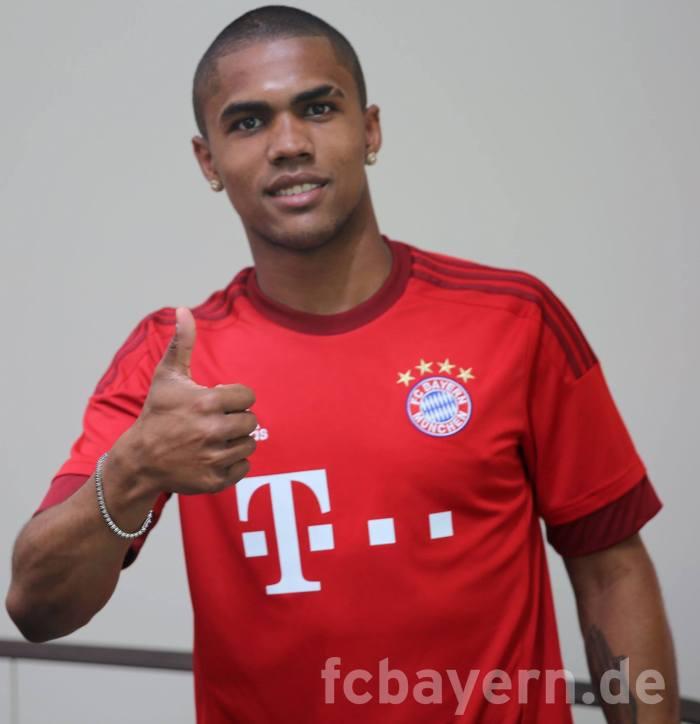 Douglas Costa com a nova camisa: Bayern 2015-16