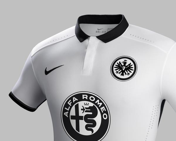 Uniforme de visitante do Eintracht Frankfurt 2015-16.