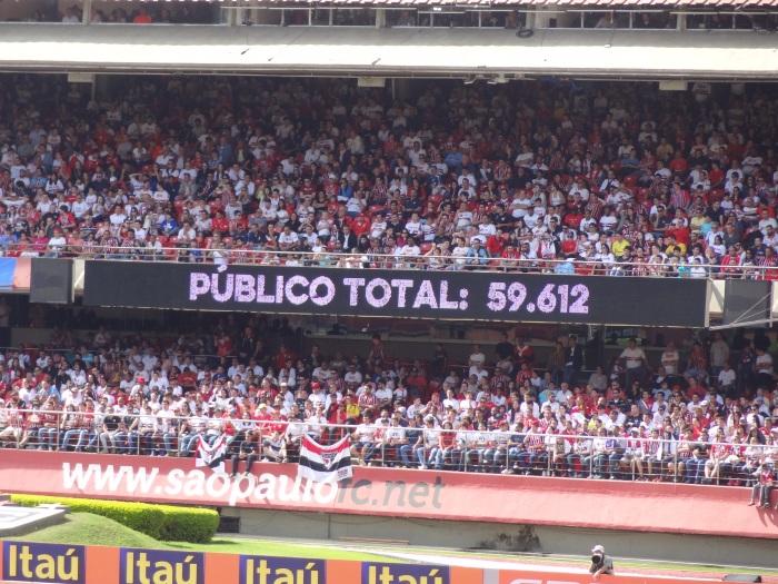 São Paulo 2x0 Coritiba, num domingo de sol, 11h da manhã no Morumbi. Maior público pagante até a 16ª rodada. Flamengo 2x2 Santos registrou o maior público presente (51 mil pagantes, mais 10 mil