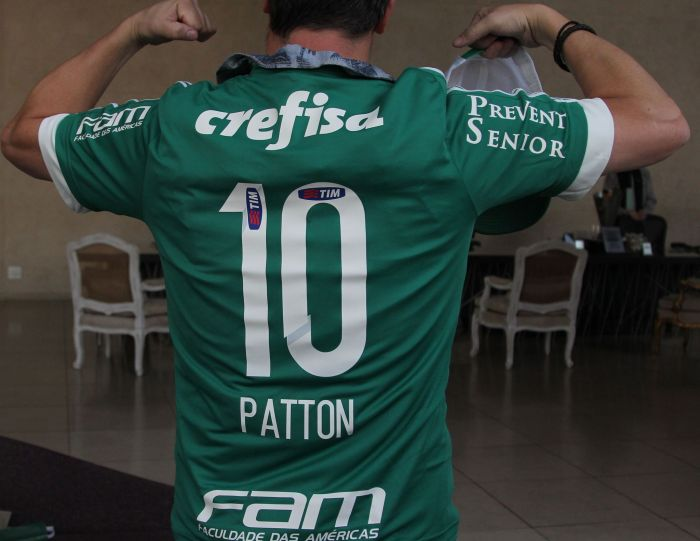Palmeiras homenageia Mike Patton, vocalista do Faith No More, com camisa personalizada back - crédito Gabriel Barbosa TV Palmeiras FAM