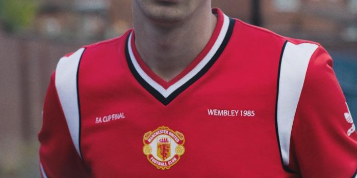 Retrô semelhante à da final da FA Cup, 1985.