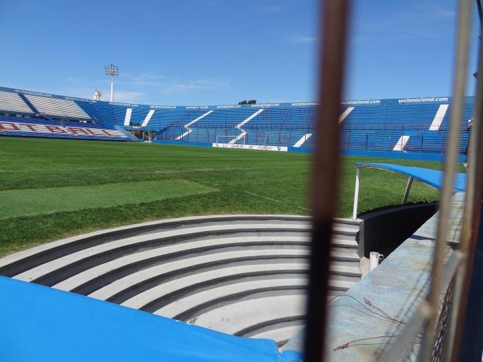Grande Alçapão Central: acesso dos jogadores ao campo, entre os bancos de reservas.