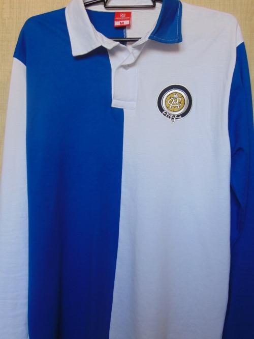 Retrô: réplica do primeiro uniforme do Atlético de Madrid, que era sim azul e branco, como o Athletic Club, de Bilbao, que inspirou a criação do clube madrilenho.