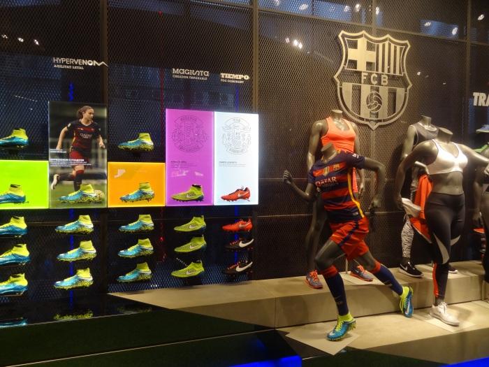 Seção de futebol feminino na loja do Barça