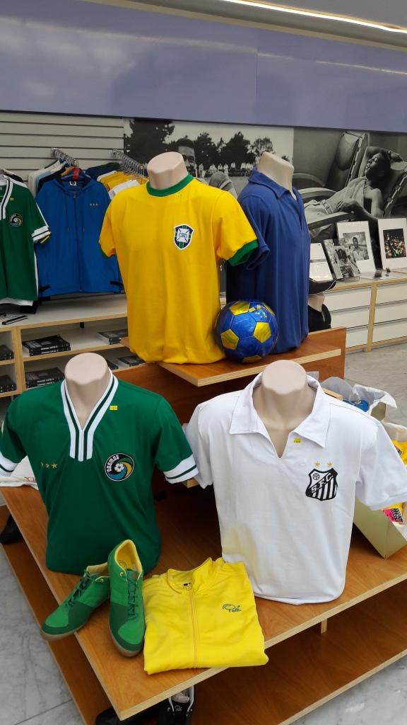Camisas retrôs da Seleção, do Cosmos e do Santos, feitas pela Athleta, só na loja do Museu Pelé.