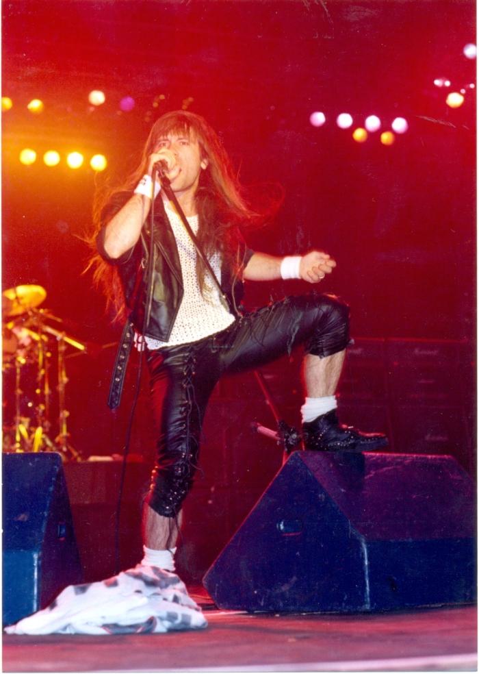FEAR OF THE DARK: Bruce Dickinson ainda com cabelão no primeiro show do Iron Maiden no estádio do Palmeiras, em 1992. Foto de SERGIO CAFFÉ, especial para o fanzine HEADLINE | acervo do blog FutPopClube.