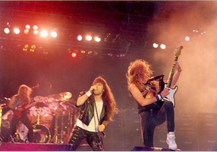 Dave Murray, Bruce Dickinson e Janick Gers - parte da linha atacante do Iron Maiden no Parque Antarctica | estádio Palestra Itália, 1992. Foto de SERGIO CAFFÉ. Acervo fanzine HEADLINE | blog FutPopClube