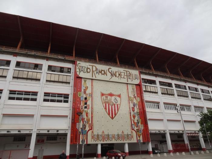 A fachada em maio de 2016, antes dos dois painéis de lona ao lado do mosaico de Santiago del Campo.