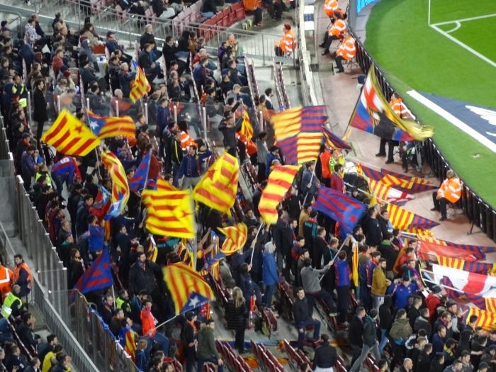 Aos 17:19 de cada tempo, a torcida organizada puxa o grito pela independência da Catalunha.