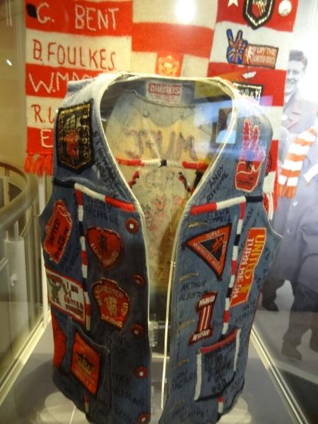 Olha só o colete de jeans cheio de patches emprestado por um colecionador  ao museu! 539cd2eb2e1d1