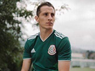 """Andrés Guardado e a camiseta da seleção """"El Tricolor"""" de Osório."""