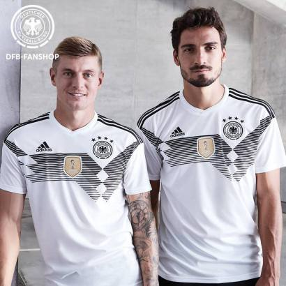 Kroos e Hummels com a home jersey retrô da Alemanha. Rumo ao penta?
