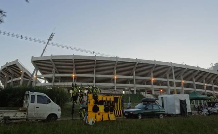 Galeria de ídolos aurinegros, na frente do estádio Campeón delSiglo.